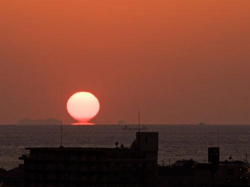 反射する夕陽